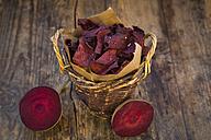 Basket of vegan beetroot chips with fleur de sel - LVF05778