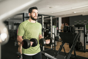 Man training biceps in gym - JASF01443