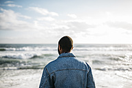 Back view of young man looking at the sea - JRFF01141