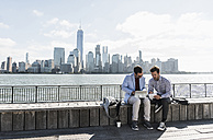 USA, two businessmen working at New Jersey waterfront with view to Manhattan - UUF09742