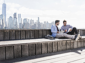 USA, two businessmen working at New Jersey waterfront with view to Manhattan - UUF09745