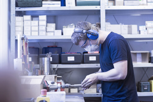 Man at work in a factory - SGF02086