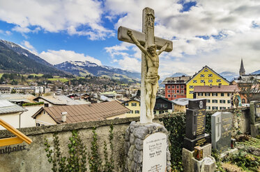 Austria, Tyrol, Kitzbuehel, view to the city with grave yard in the foreground - THA01872