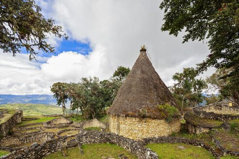 Peru, Amazonas Region, Chachapoyas, ruins of fortress Kuelap, reconstructed house - FOF08501