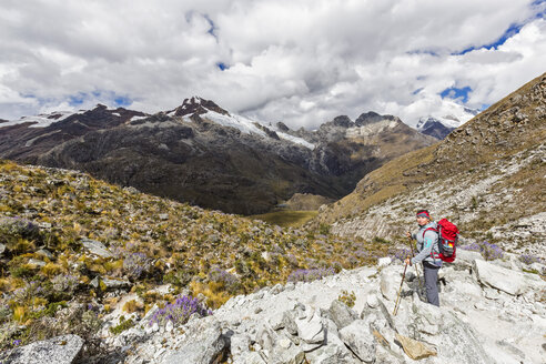 Peru, Andes, Cordillera Blanca, Huascaran National Park, tourist on hiking trail with view to Nevado Yanapaccha - FOF08531