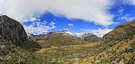 Peru, Andes, Cordillera Blanca, Huascaran National Park, Laguna Pequena, Nevado Yanapaccha and small lagoon - FOF08534