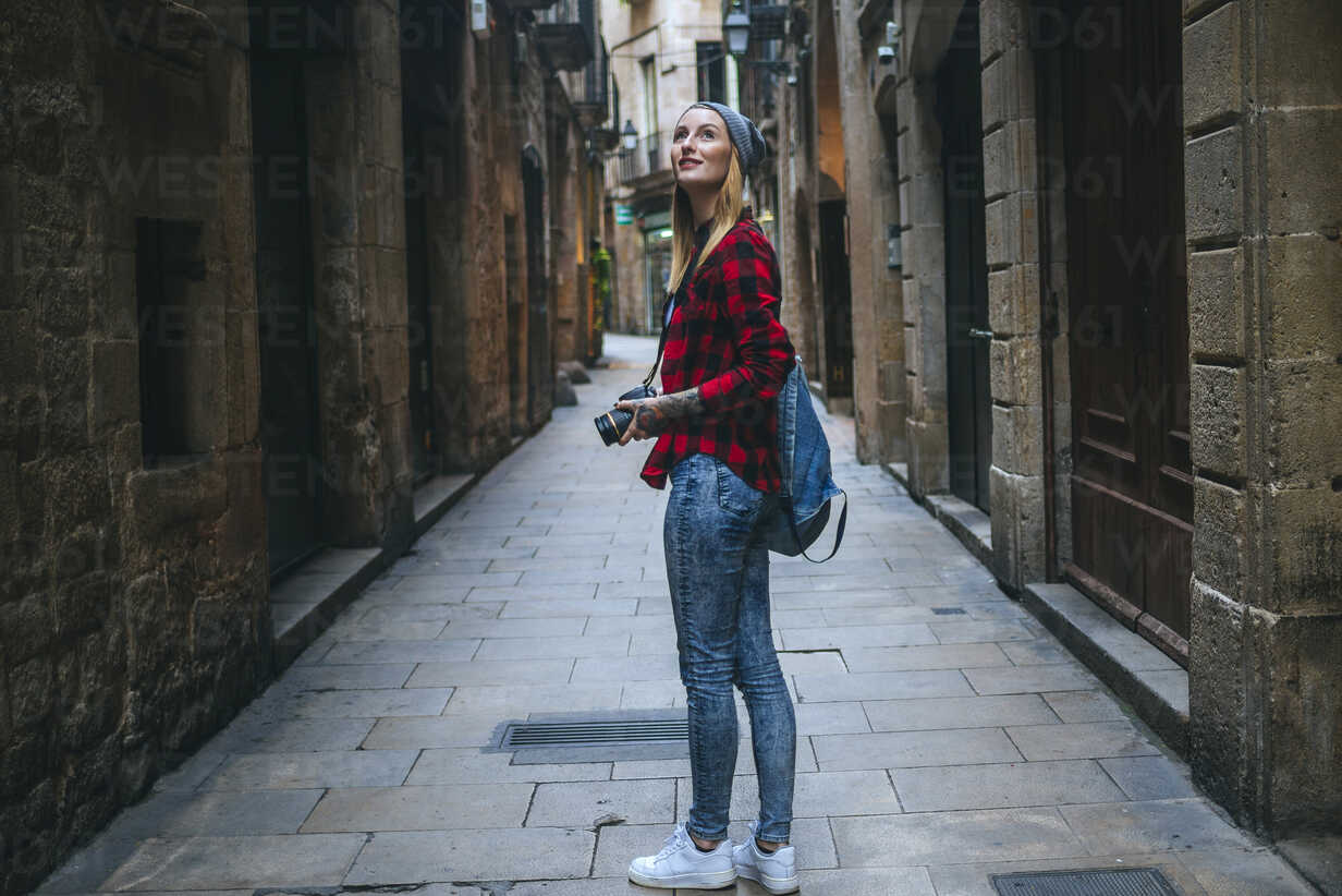 Spain, Barcelona, young woman taking pictures with reflex camera at Gothic Quarter - KIJF01060 - Kiko Jimenez/Westend61
