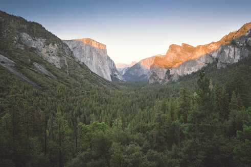 USA, California, Yosemite National Park, Tunnel View Point at sunset - EPF00251
