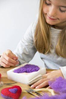 Girl felting - YFF00606