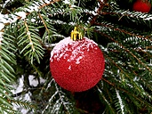 Red Christmas bauble with snow - JTF00798