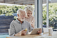 Senior couple doing online payment with credit card - RORF00467