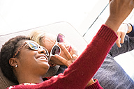 Young couple wearing sunglasses taking selfie - SIPF01315