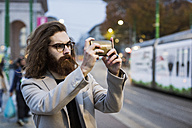 Stylish young man in the city taking a selfie - MAUF00963