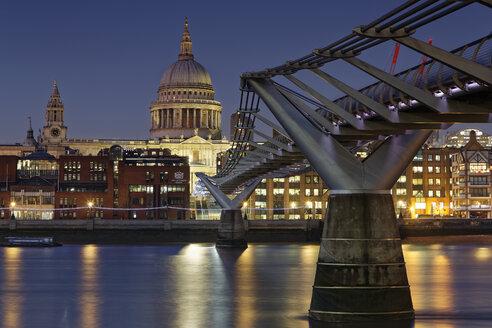 UK, London, St Paul's Cathedral and Millennium Bridge at night - GFF00921