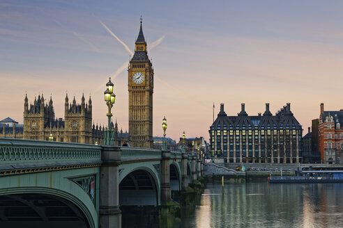 UK, London, River Thames, Big Ben, Houses of Parliament and Westminster Bridge at dusk - GFF00924