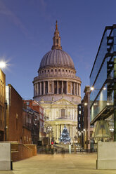 UK, London, Christmas tree in front of St Paul's Cathedral at dusk - GFF00960