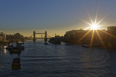 UK, London, River Thames with Tower Bridge in backlight - GFF00963