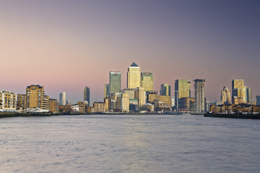 UK, London, skyline of Canary Wharf at River Thames at dusk - GFF00969