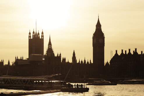 UK, London, view to River Thames, Big Ben, Houses of Parliament and Westminster Bridge at sunset - GFF00974