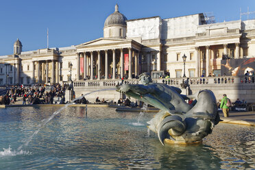 UK, London, Trafalgar Square, view of fountain in front of National Gallery - GF00977