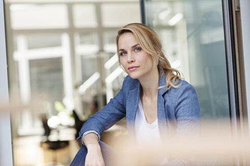 Portrait of woman in office - PESF00492