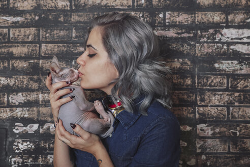 Young woman kissing Sphynx cat - RTBF00595