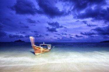 Thailand, Ao Nang, boat at seafront - DSGF01419