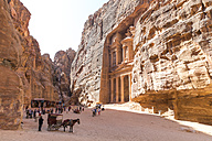 Jordan, Petra, tourists in front of Al Khazneh - MABF00440