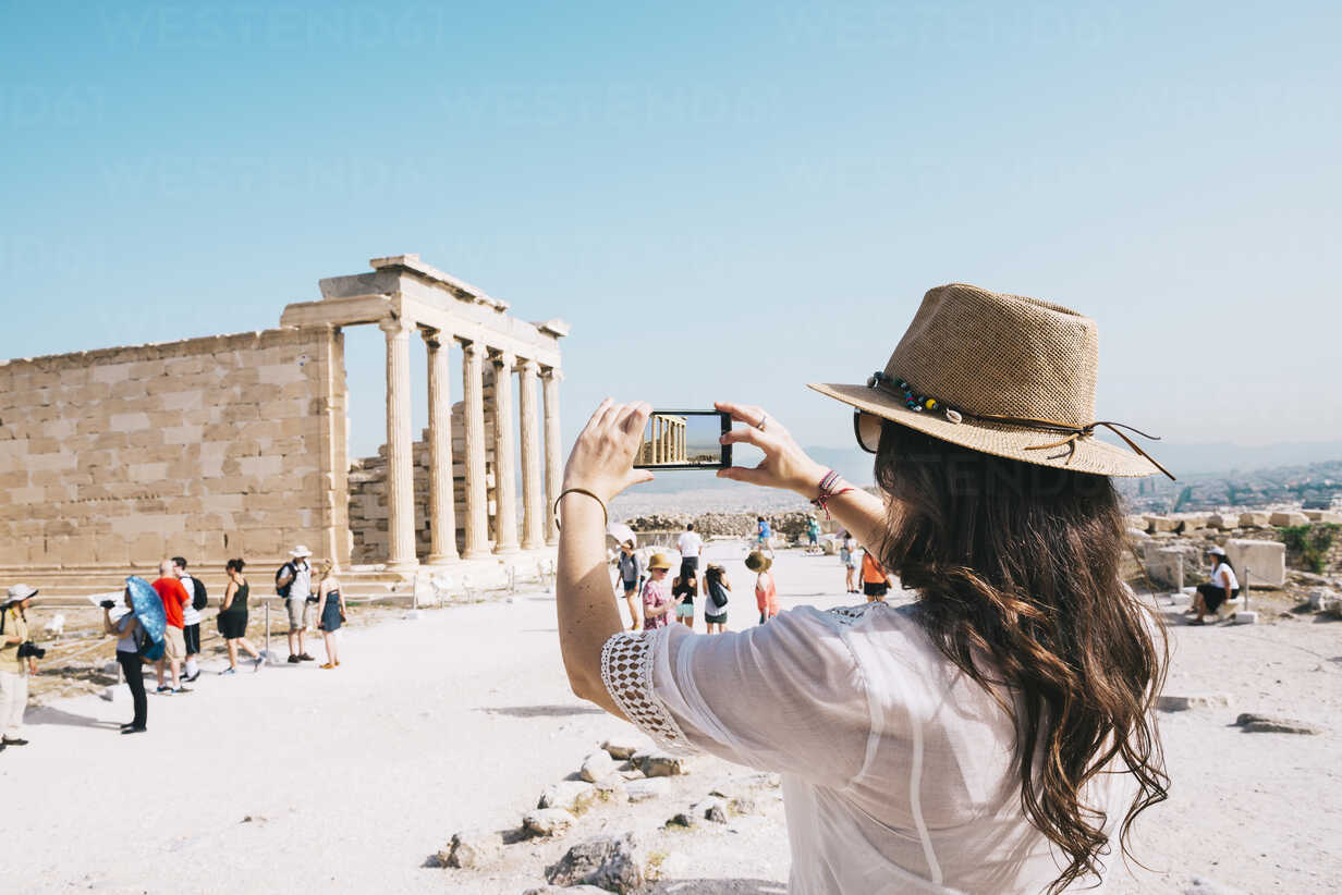 Greece, Athens, woman taking a cell phone picture of the Erechtheion temple in the Acropolis - GEMF01401 - Gemma Ferrando/Westend61
