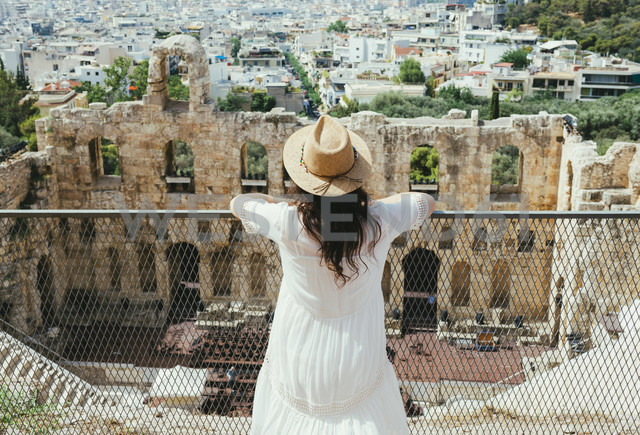 Greece, Athens, woman looking at The Odeon of Herodes Atticus at the slope of the Acropolis - GEMF01413 - Gemma Ferrando/Westend61