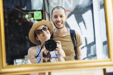 Greece, Athens, happy tourists visiting Monastiraki Flea Market - GEMF01437