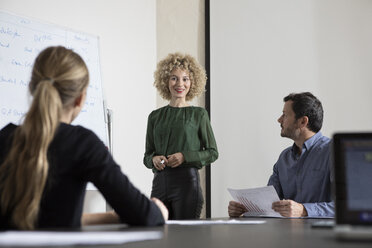Woman in boardroom leading a presentation - RBF05577