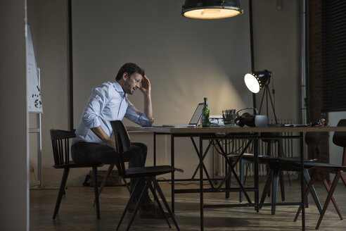 Businessman working late in office - RBF05610