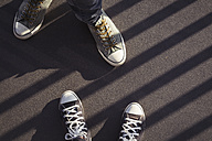 Feet of couple wearing sneakers - JUNF00773