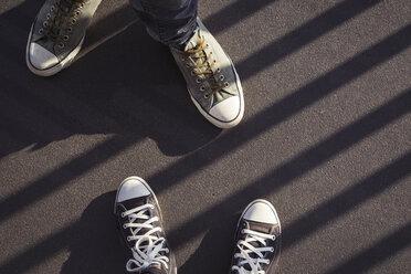 Feet of couple wearing sneakers - JUNF00773