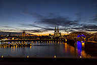 Germany, Cologne, Cologne Cathedral and Hohenzollern Bridge at night - JUNF00776
