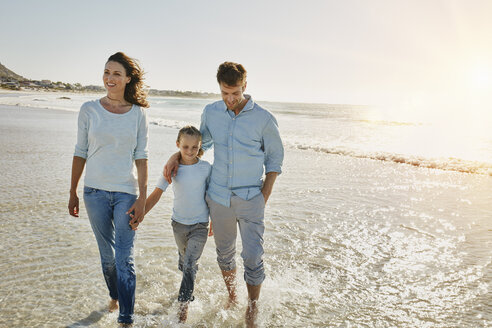 Couple with daughter walking on the beach - RORF00557