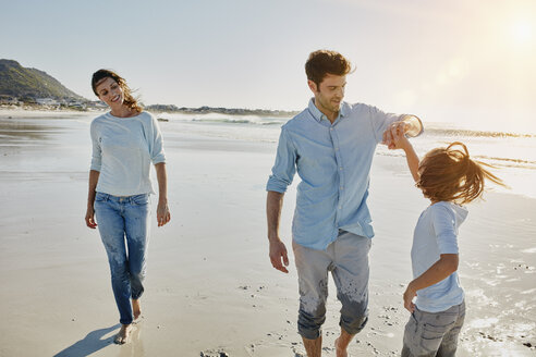 Couple with daughter on the beach - RORF00560