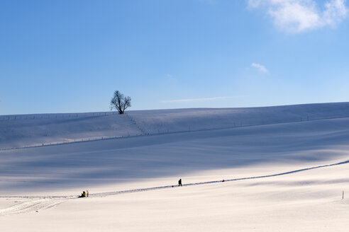 Germany, Buchenberg, people in winter landscape - SIEF07282