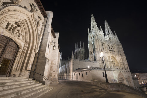 Spain, Burgos, Burgos cathedral at night - DHCF00059