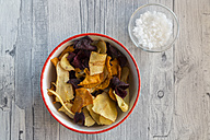 Vegetable chips and pyramide salt in bowls - SARF03151