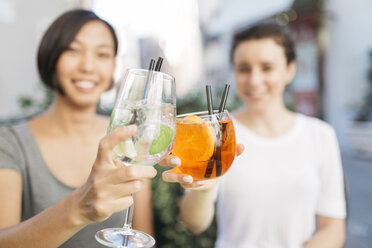 Two young women toasting with cocktails, close-up - ALBF00075
