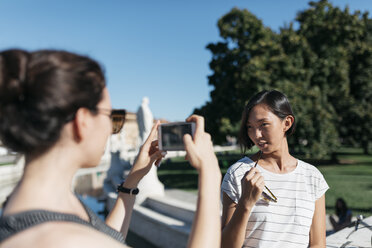 Italy Padua, young woman taking picture of her friend with smartphone - ALBF00096