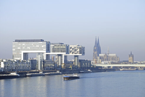 Germany, Cologne, Crane Houses at River Rhine and Cologne Cathedral in the background - HLF01002