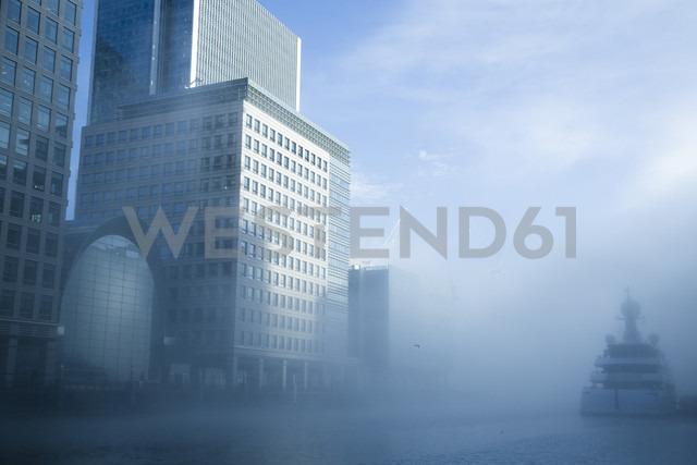 UK, London, Canary Wharf, ship in fog - NGF00378 - Nadine Ginzel/Westend61