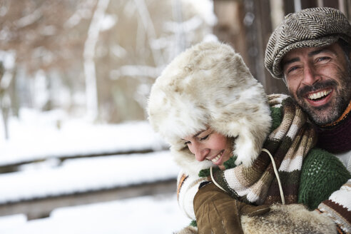 Portrait of happy couple wearing winter fashion - FSF00724