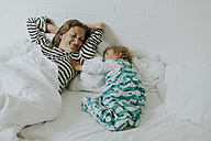Mother and little daughter in bed - DWF00290