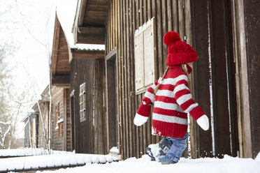 Little girl having fun in winter - FSF00744