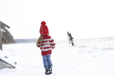 Little girl having fun in winter - FSF00765