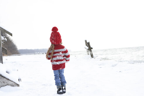Little girl having fun in winter - FSF00765